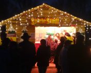 Unser Spielestadl mit festlicher Beleuchtung am Oberstimmer Christkindlmarkt. Wir haben Brettspiele für jeden Geschmack dabei.