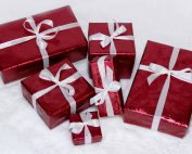Geschenke in roter Verpackung
